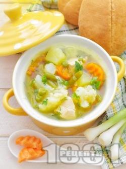 Вкусна бистра пилешка супа с месо от филе и зеленчуци - картофи, карфиол, моркови, грах от консерва и зелен боб поръсена с копър (без застройка) - снимка на рецептата